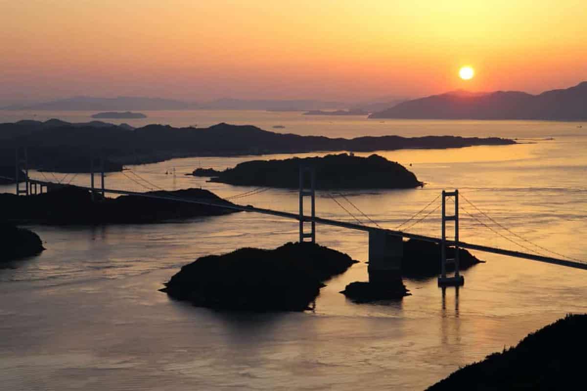 Un pont plus loin, sur la mer intérieure du Japon